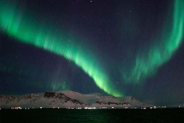 Featured_Northernlights_snowy-mountain-and-pretty-lights的副本.jpg