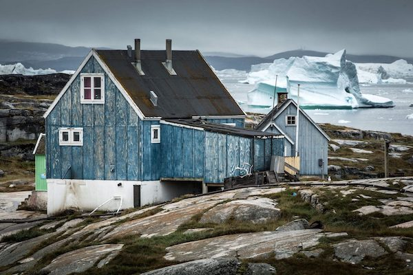 houses-with-icebergs-in-the-background-in-oqaatsut-greenland-1400x933的副本.jpg
